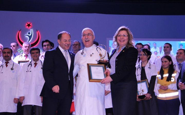 Üyemiz Dr. Hayri Gültekin Yılın Doktoru ödülü aldı